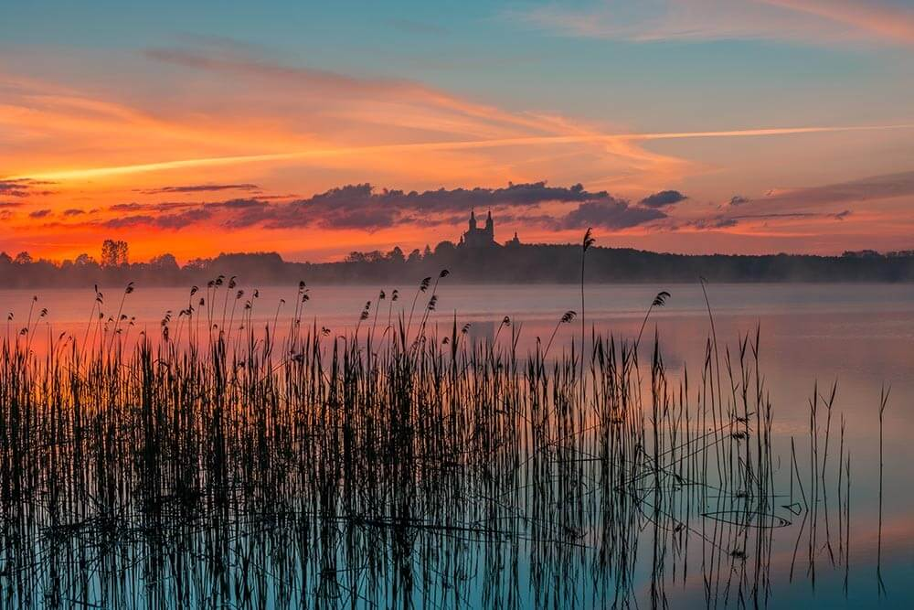 Fototapeta Wschód słońca nad jeziorem Wigry, Klasztor Kamedułów, Wigierski Park Narodowy - obraz na płótnie